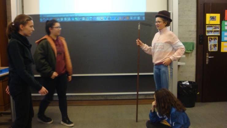 Krippenspiel im Klassenzimmer: Maria, Joseph, Jesus, Hirt und Besucher