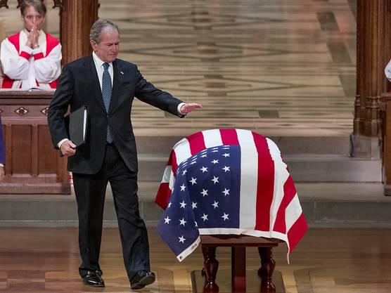 Der frühere US-Präsident George W. Bush verabschiedet sich bei der Trauerfeier von seinem Vater, dem ehemaligen US-Präsidenten George H. W. Bush.
