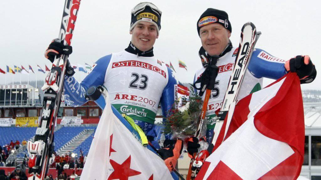 Der zweitklassierte Daniel Albrecht (links) und Didier Cuche (Bronze) feiern 2007 in Are ihre WM-Medaille im Riesenslalom