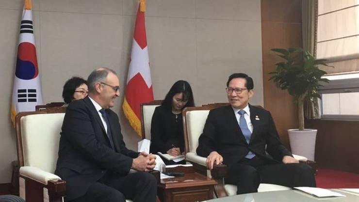 Bundesrat Guy Parmelin (l.) am Freitag in Seoul im Gespräch mit Südkoreas Verteidigungsminister Song Young Moo.