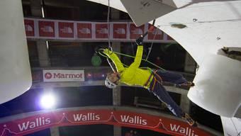 Nein, das Bild ist nicht verkehrt. Kevin Huser gewinnt Eiskletter-WM in der Kategorie U22.