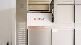 Der Online-Versandhändler Zalando rechnet für das laufende Jahr wegen den anhaltend hohen Temperaturen mit weniger Gewinn. (Archivbild)