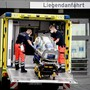 Sanitäter vom Bundeswehr Rettungsdienst bringen die Spezialtrage, mit der Nawalny in die Charité eingeliefert wurde, zurück in den Krankenwagen. (Bild: Keystone)
