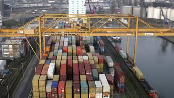 Neue Terminals sind nötig, um die stark wachsenden Containermengen auf Strasse, Schiene und Rhein zu bewältigen. Im Bild Container von Rhenus Alpina im Basler Rheinhafen. (Archiv)