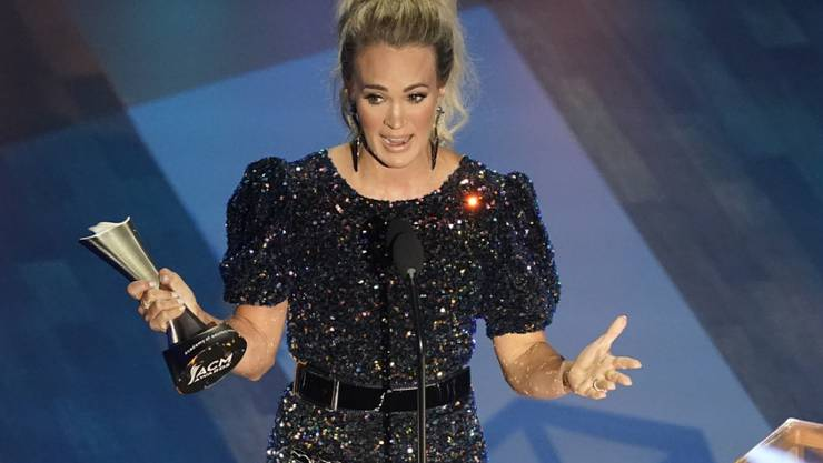 Carrie Underwood nimmt den Preis für den Entertainer des Jahres mit Thomas Rhett während der 55. jährlichen Verleihung der Academy of Country Music Awards im Grand Ole Opry House. Foto: Mark Humphrey/AP/dpa