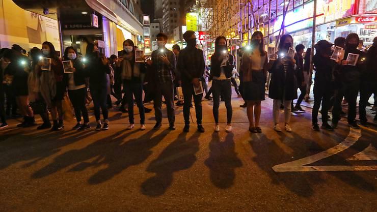 Im von Protesten geprägten Hongkong formierten Demonstranten an Silvester eine Menschenkette.