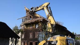 Der Abrissbagger frisst das letzte grosse Bauernhaus in Fischbach-Göslikon.