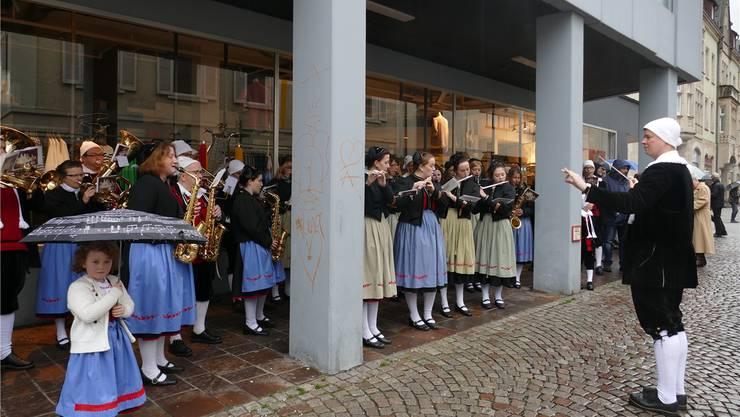 Geschützt unter der Arkade des Kaufhauses May unterhielt die Trachtenkapelle Herrischried die Besucher mit sakraler Musik. Axel Kremp