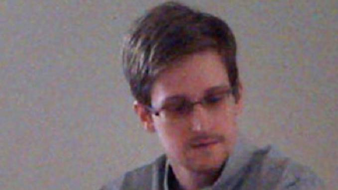 Snowden mit Wikileaks-Mitarbeiterinnen gestern in Moskau.