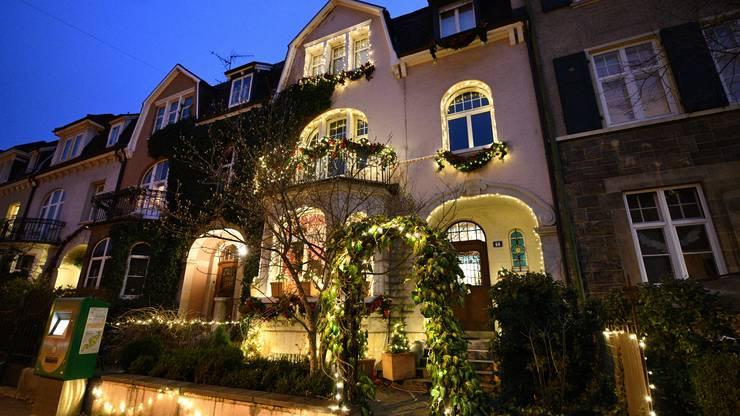 Illuminierte Häuserfront in Biningen.