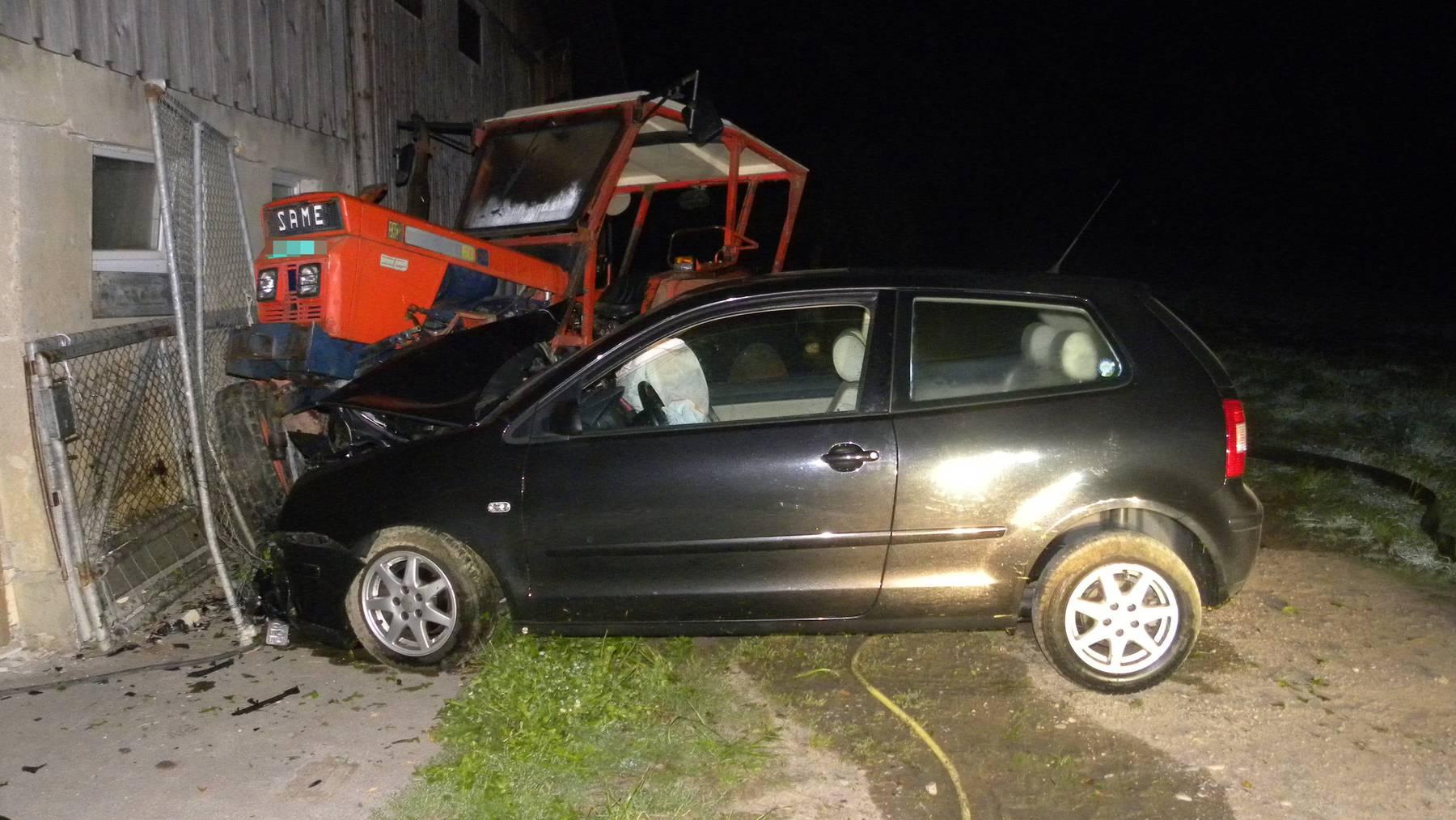 Der 29-jährige Autofahrer kollidierte mit einem Traktor und einer Scheune.