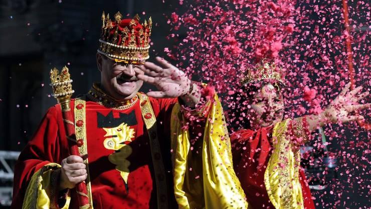 König Rabadan mit seiner Gattin eröffnet Fasnachtsumzug Rabadan von Bellinzona.