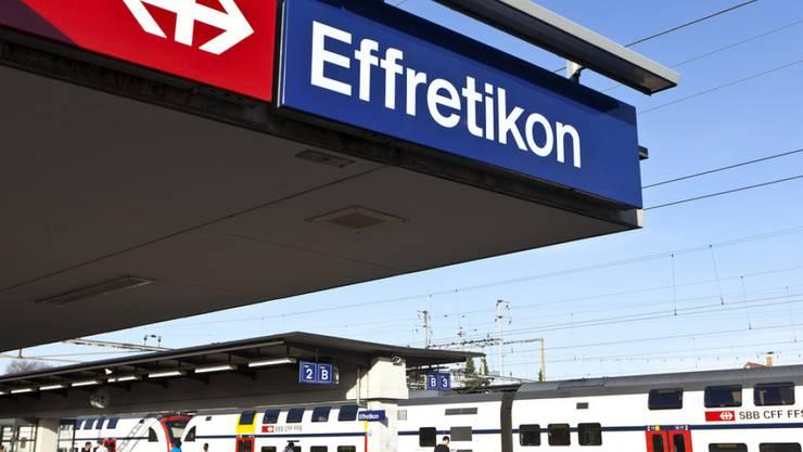 Ein 73-jähriger Mann ist am Sonntagmorgen beim Bahnhof Effretikon ZH aus noch ungeklärten Gründen unter einen Zug geraten. Trotz medizinischer Soforthilfe verstarb er noch vor Ort. (Archivbild)