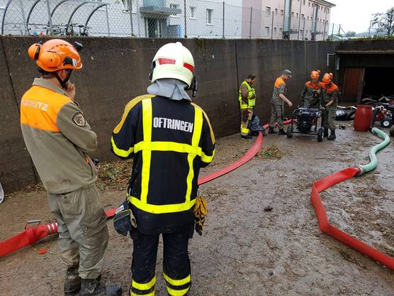 Mit vereinten Kräften pumpen Zivilschutz und Feuerwehr eine bis an die Decke mit Schmutzwasser und Schlamm gefüllte Tiefgarage leer.