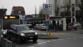 Der Bahnhofplatz Dietikon wurde dem Drogenkurier zum Verhängnis: Er missachtete das Einfahrtsverbot, das für Privatfahrzeuge gilt. Die Kantonspolizei kontrollierte ihn – und fand im VW Golf lauter Säcke voll Marihuana. DEG