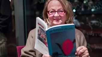 Redaktorin Ulla Fringeli mit der neusten Ausgabe Dr Schwarbueb.