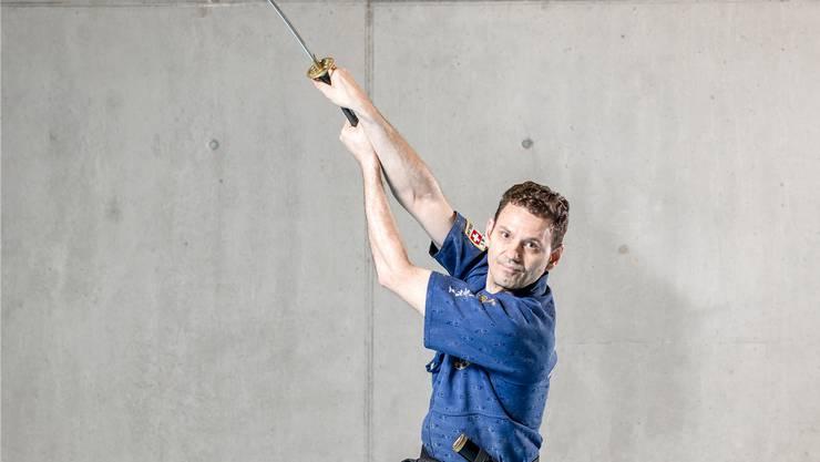 Vladimir Soro trainiert in Wohlen. Für Wettkämpfe benutzt er ein anderes Schwert. Bild: Sandra Ardizzone