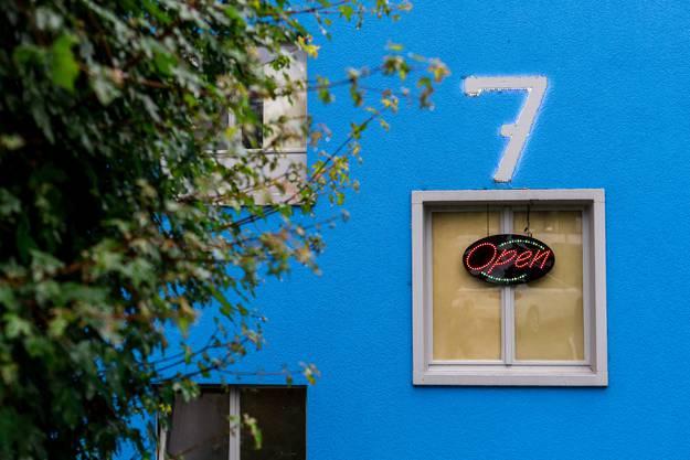 Das Bordell hat die Hausnummer sieben. Das Sibni wurde auch zum Übernamen des Clubs