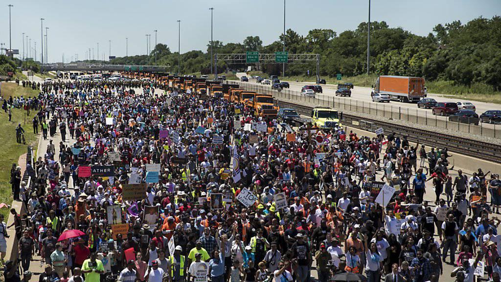Tausende protestierten bei Chicago auf einer Autobahn gegen die grassierende Waffengewalt.