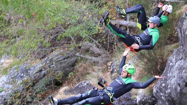 Warren Verboom (vorne) und seine Teamkollegen des Canyoning-Teams deap stürzen sich in eine Schlucht.