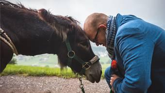 Christian Bisang macht Speedy einen Heiratsantrag. Bild: Daniel Künzli