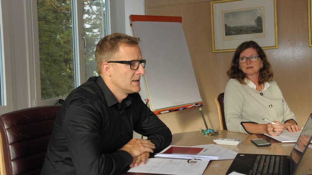 Gemeindeammann Arsène Perroud und Finanzministerin Ariane Gregor bei der Budget-Präsentation am 13. September 2018.