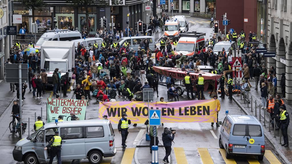 Extinction-Rebellion-Aktivisten blockieren Strassen – Polizei weist Personen weg