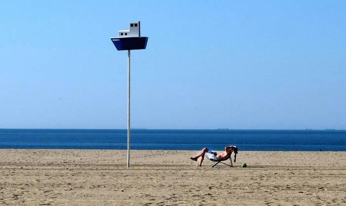 Ein Mann sonnt sich in Deauville.