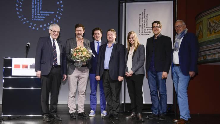 (v.l.) Kurt Fluri, Peter Stamm, Preisträger, Walter Petrelli, Hanspeter Müller-Drossaart, Nicola Steiner, Lucas Gisin (drei Jurymitglieder) und Hansjörg Boll.