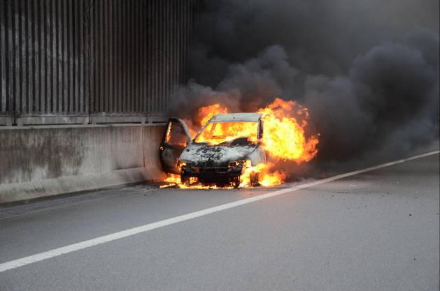 Das Auto wurde durch den Brand völlig zerstört.