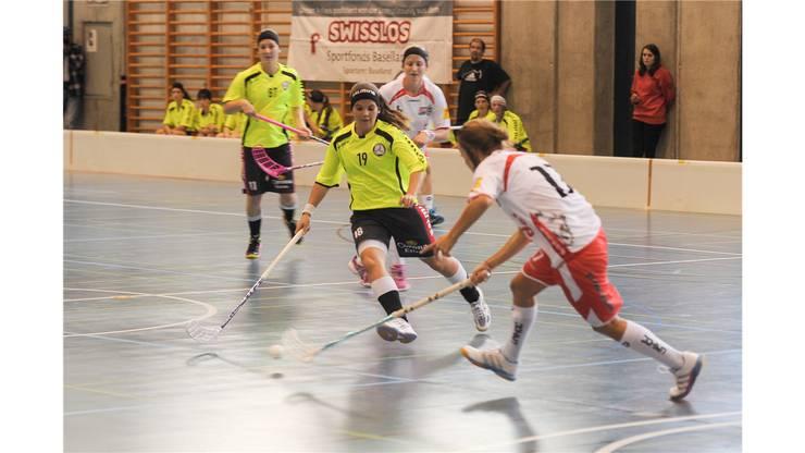 Unihockey Basel Regio gegen Red Lions Frauenfeld in Pratteln im Kuspo.Florence Koch attakiert die ballführende Sandra Mischler.