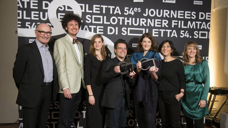 Preisträgerin Fanny Bräuning (dritte von rechts) mit ihrem Team, der Jury und Seraina Rohrer (rechts)