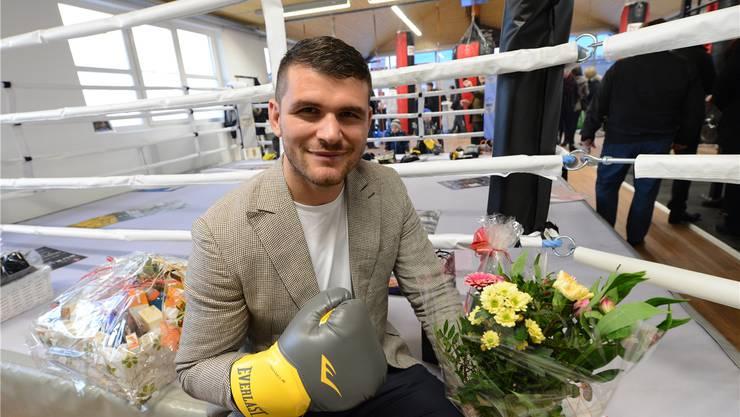 «The Cobra» für einmal im Sakko: Bei der Eröffnung seines Boxklubs kann Arnold Gjergjaj auch anders. Juri Junkov