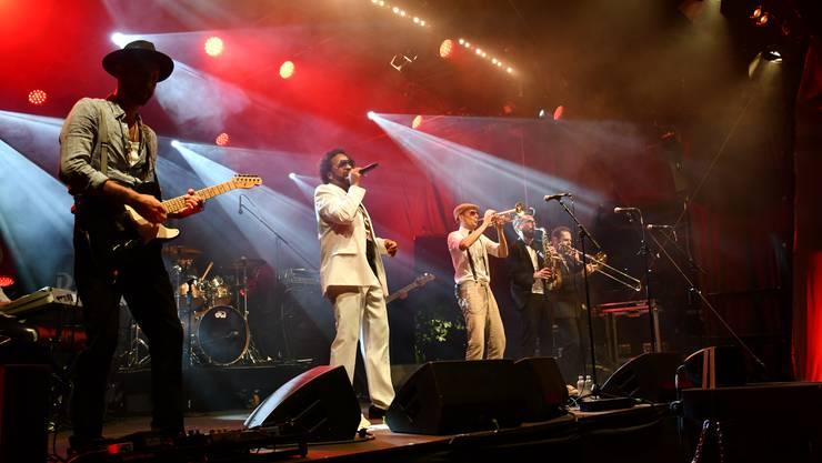 Die Band Unique spielt auf der AKB-Bühne und reisst das Publikum mit dem groovigen Sound mit.