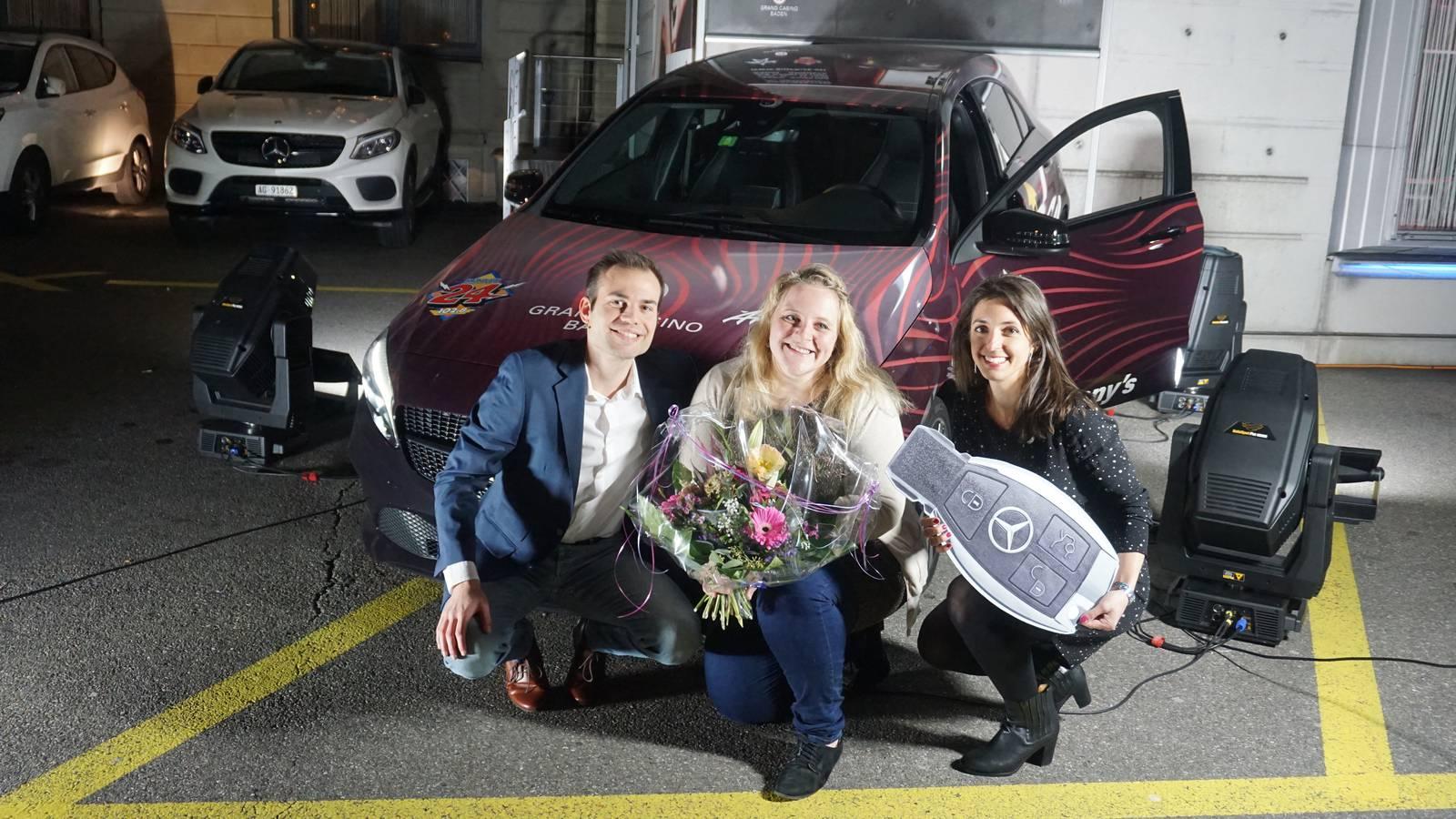 Siegerin Pia mit dem Moderatoren-Team vor ihrer eben gewonnenen Mercedes-Benz A-Klasse. (© Radio 24)