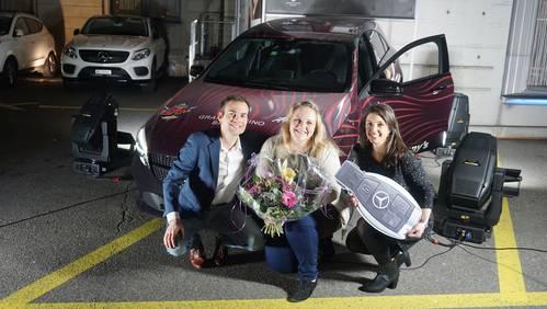 Siegerin Pia mit dem Moderatoren-Team vor ihrer eben gewonnenen Mercedes-Benz A-Klasse.
