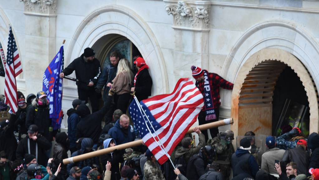 ARCHIV - Anhänger des damaligen US-Präsidenten Trump stürmen am 6. Januar das US-Kapitolgebäude. Foto: Essdras M. Suarez/Zuma Press/dpa