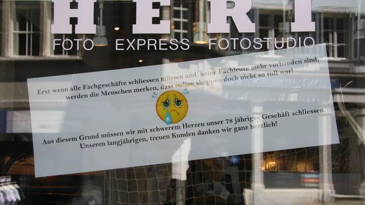 Mit diesem Plakat macht die Familie Heri auf die baldige Schliessung ihres Geschäfts aufmerksam.