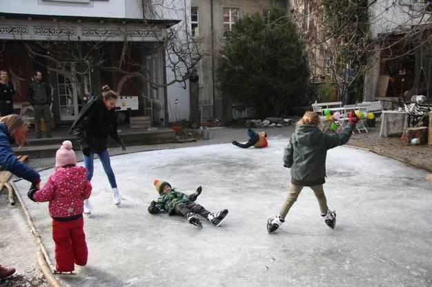 Es ist nicht das erste Mal, dass die Kinder hier auf die Schlittschuhe können.