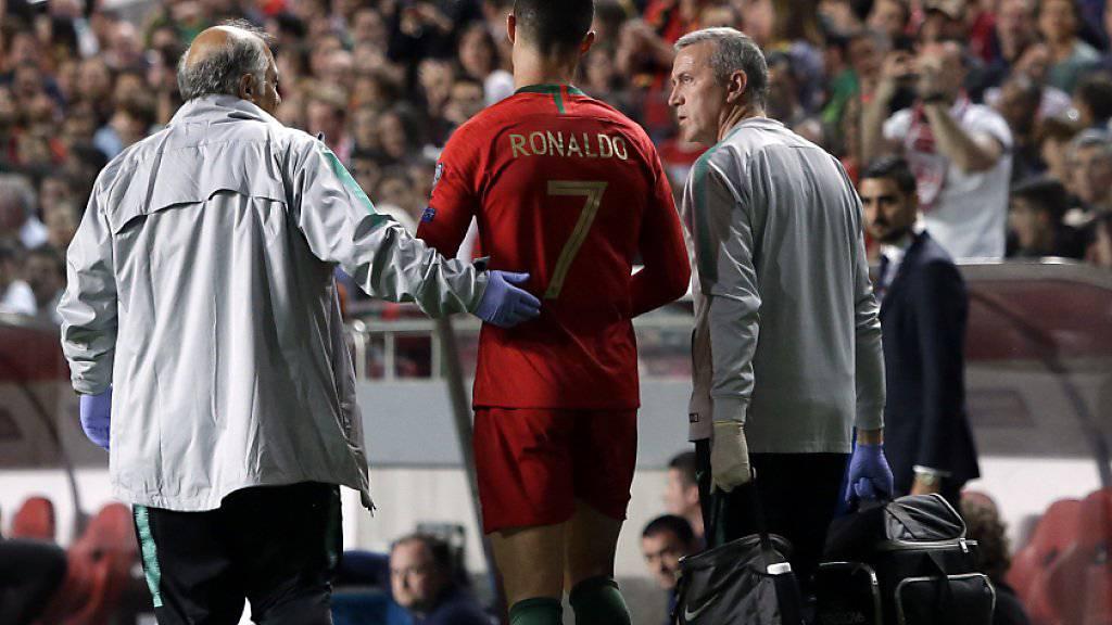 Portugals Superstar Cristiano Ronaldo wird im Heimspiel gegen Serbien (1:1) wegen einer Oberschenkelverletzung nach einer halben Stunde ausgewechselt
