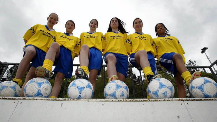 Ramona Bachmann (im Bild: zweite von links) begann ihre Karriere im Alter von fünf Jahren beim FC Malters. Mit dreizehn wechselte sie in die U-18-Mannschaft.
