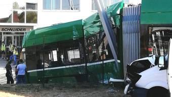 Ein BVB-Tram ist mit einem Lieferwagen zusammengestossen.