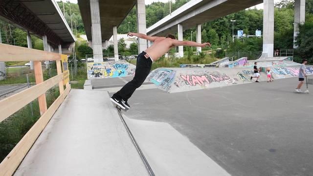 Coole Sprünge unter den Brücken: Der Skatepark in Dättwil am Montag.