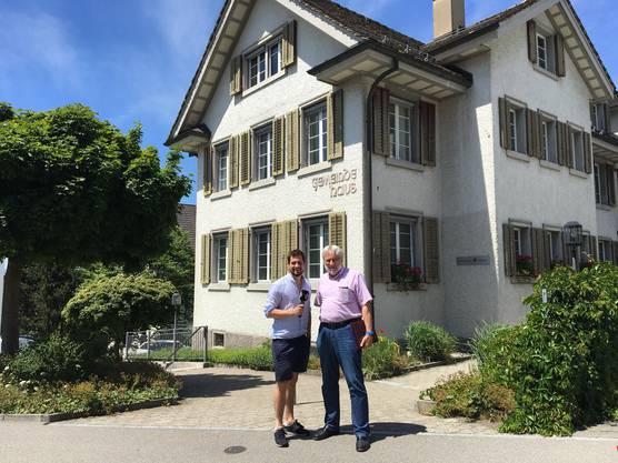 Dominik Widmer mit Gemeindepräsident Bertram Thurnherr.