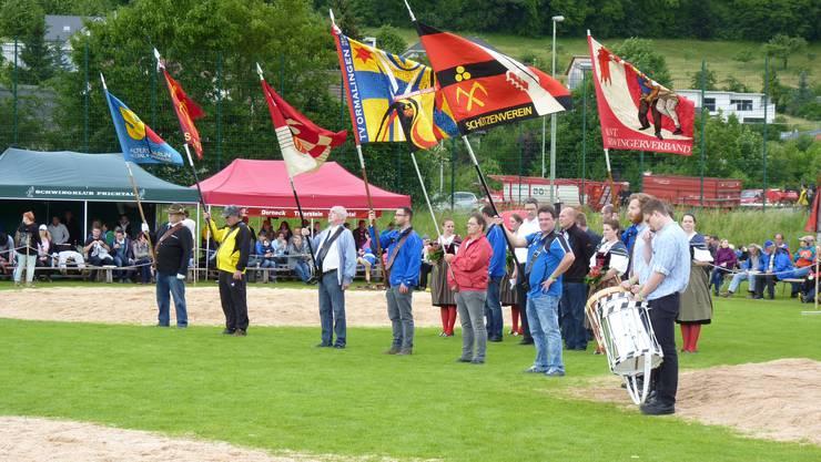Osi Finsterwald (links aussen) mit der Fahne der Senioren Regio Liestal vormals Altersverein Foto HP.Eppler