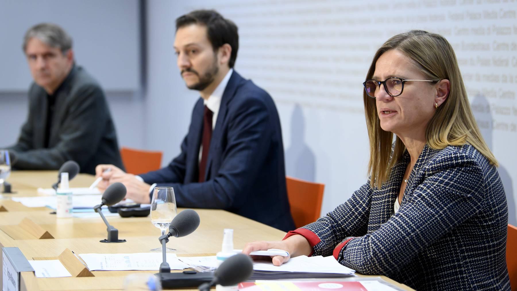 Thomas Steffen, Ronald Indergand und Virginie Masserey (v.l.) an der Pressekonferenz des Bundes.