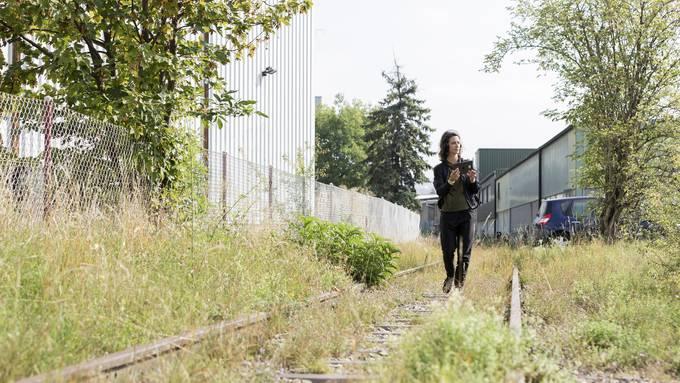 Dramaturgin Rahel Kesselring läuft die Route der interaktiven Walkingtour in Schlieren ab. Bild: Severin Bigler