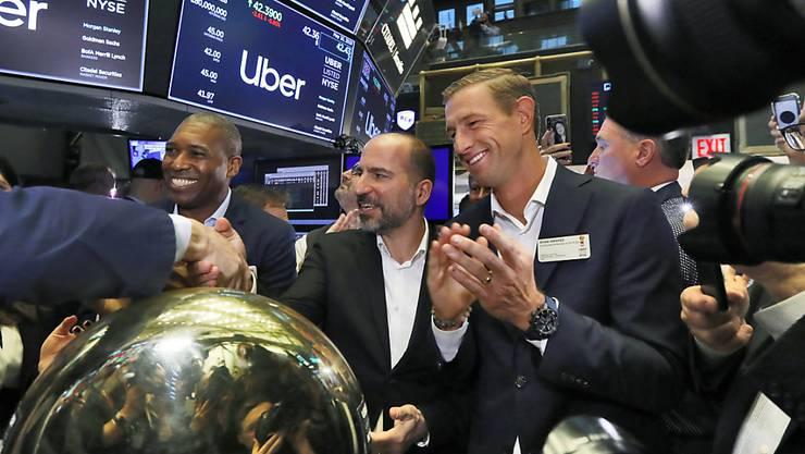 Das Uber-Management am Freitag an der Wall Street. In der Mitte CEO Dara Khosrowshahi, der einem Händler die Hand schüttelt..