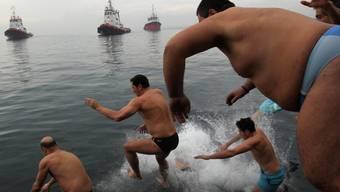 Der Sprung ins Wasser ist für viele Griechen Ehrensache