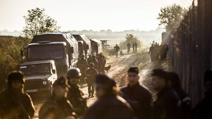Ungarische Soldaten und Polizisten bewachen den Grenzzaun zu Serbien